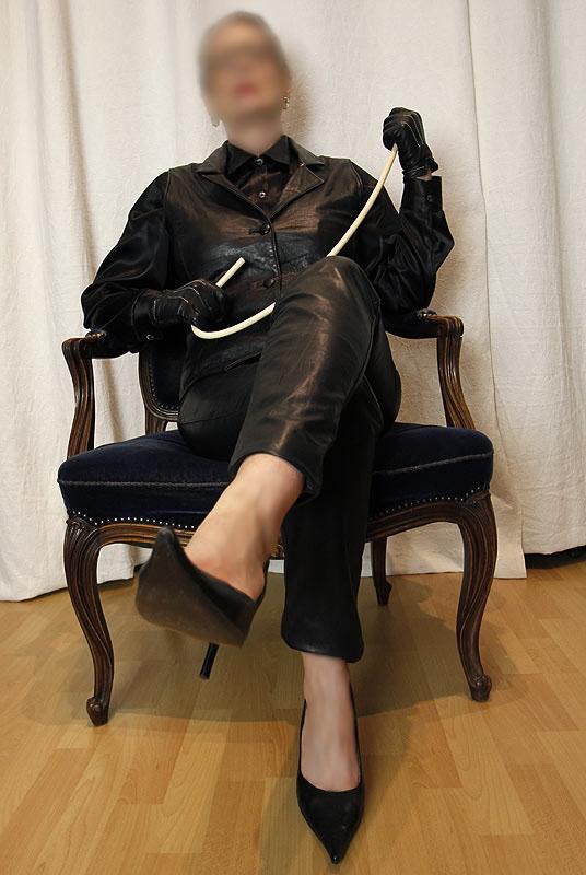 Gouvernante Mami Lehrerin Tante Domina Duisburg NRW Ruhrgebiet Peitsche Erziehung Bestrafung High Heels Bluse Satin Lederrock Korsett Lederhose Lederweste Leder Fetisch