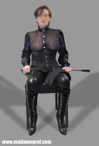domina_madame_graf_gouvernante_erziehung_peitsche_03